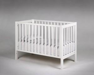 Vit loftsäng med spjälor, madrassen kan ställas i 3 olika nivåer.